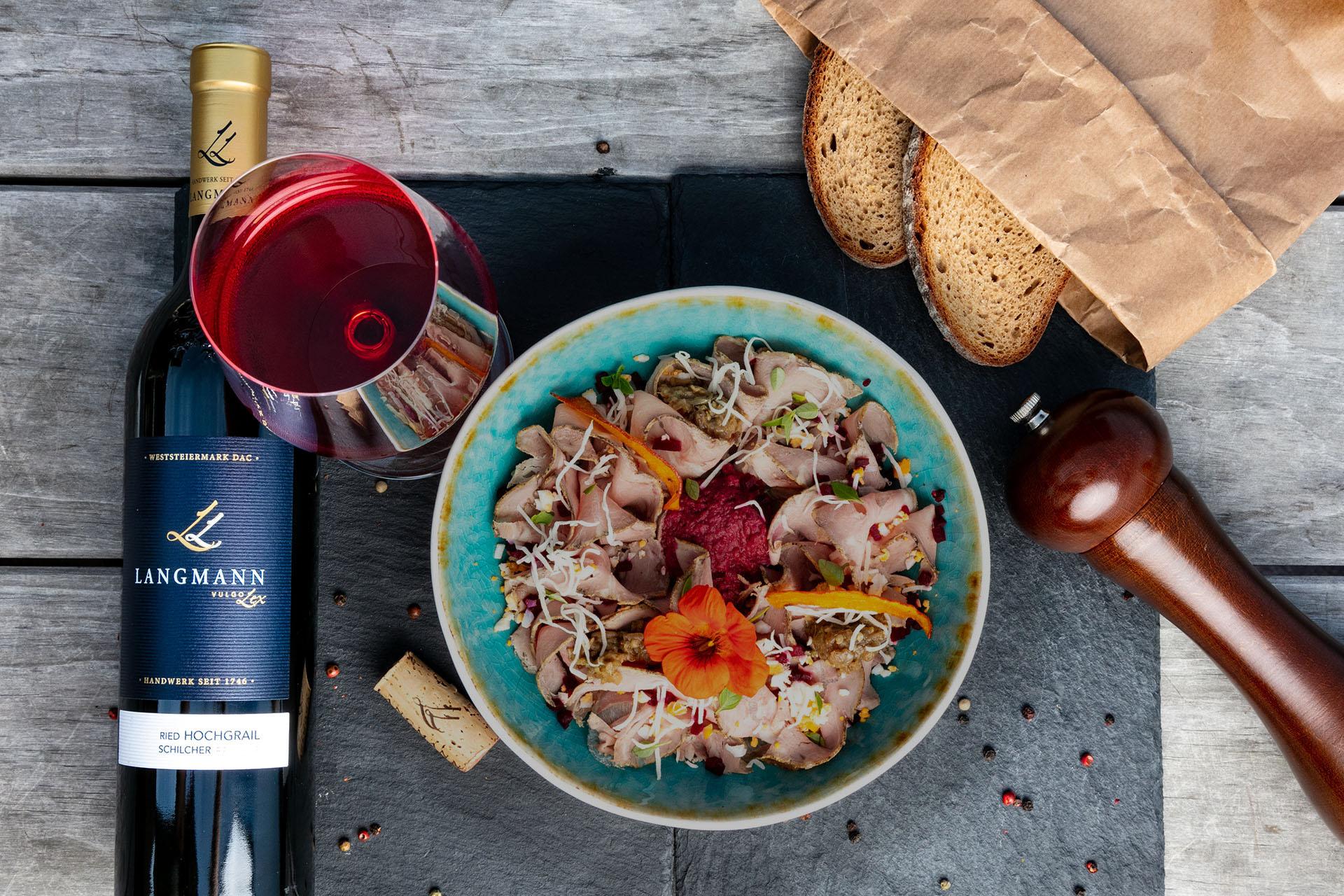Steirisches Saure Teller mit einem Glas Schilcher Hochgrail, Weingut Langmann